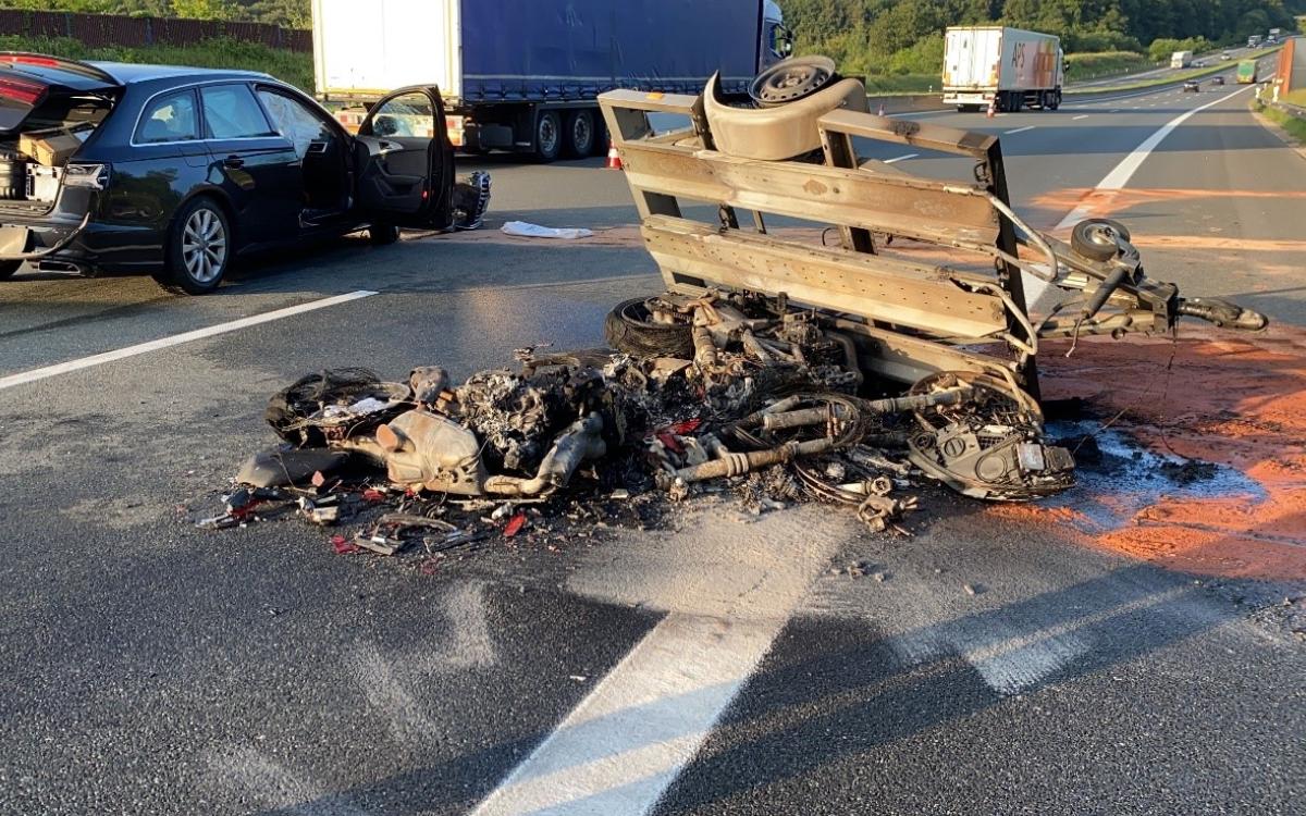 Auf der A9 sind bei einem missglückten Überholmanöver zwei Motorräder in Flammen aufgegangen. Foto: Polizei