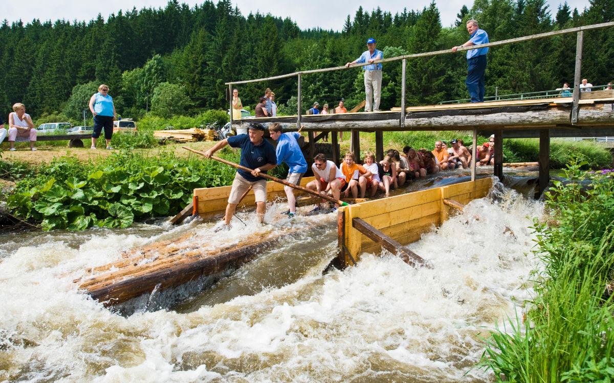 Floßfahrt auf der Wilden Rodach im Frankenwald. Foto: Frankenwald Tourismus & Andreas Hub
