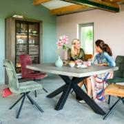 Ein moderner Tisch verbindet beispielsweise Beton in der Tischplatte mit Schwarzmetall im Gestell. Foto: djd/Henders & Hazel