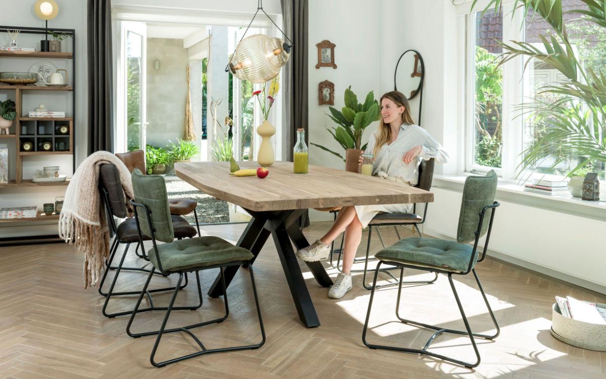Stühle mit Lederbezug bilden eine harmonische Einheit mit Holztischen. Foto: djd/Henders & Hazel