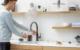 Chic und praktisch: Ein Kochendwasserhahn spart Zeit, Energie und Wasser in der Küche. Foto: djd/Quooker