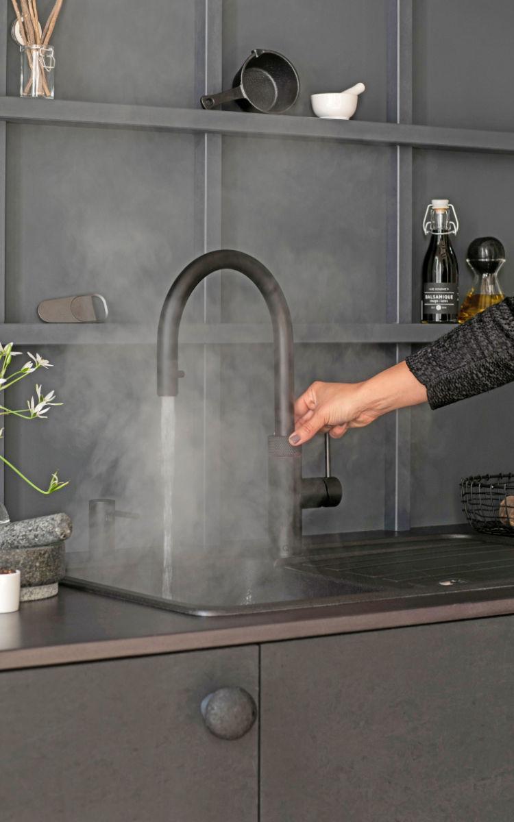 Wasser steht stets in der jeweiligen Wunschtemperatur auf Knopfdruck bereit - vom kühlen Trinkwasser bis zum 100 Grad Celsius heißen Kochwasser.