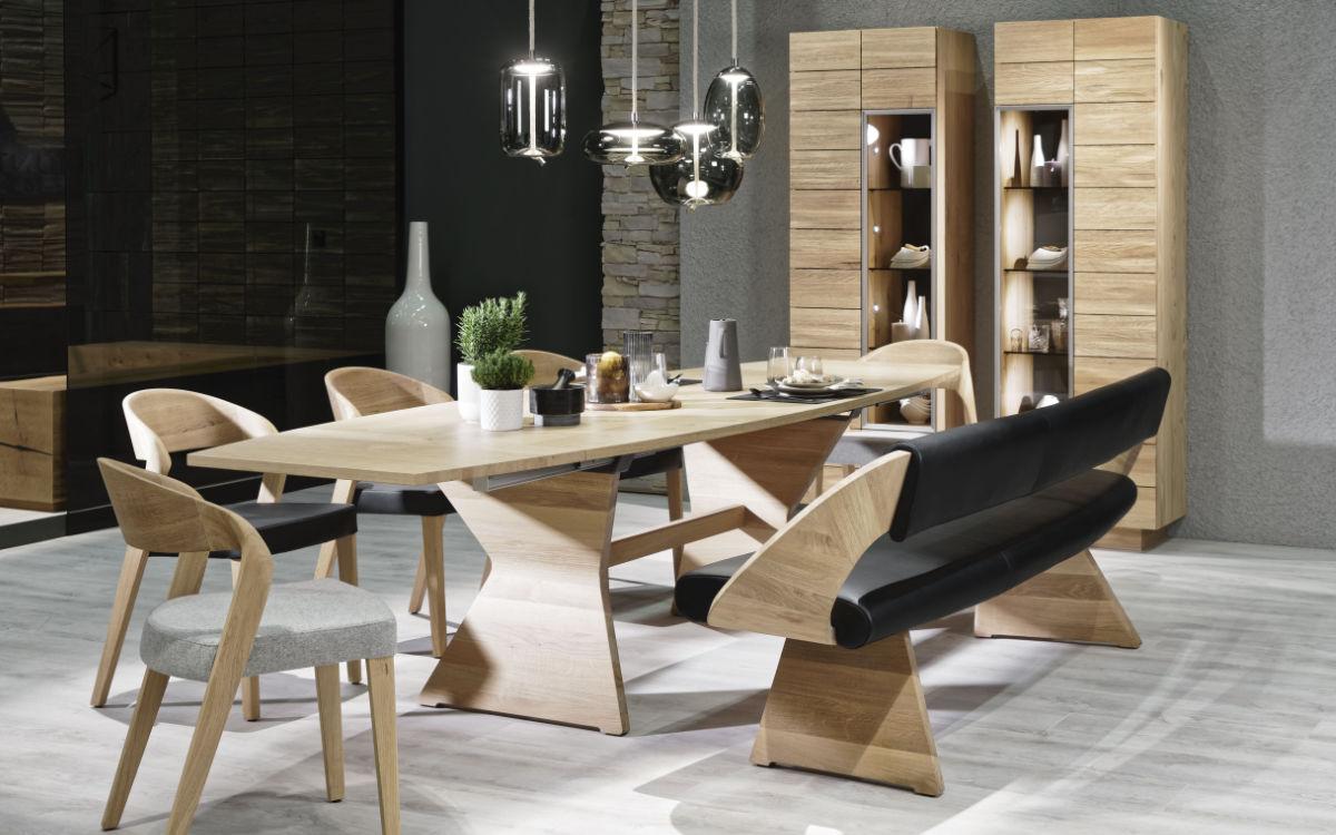 Mit der Schindeloberfläche wird jedes Möbelstück zu einem Unikat. Praktisch: Die Bank mit ergonomischem Design und einer elegant gekrümmten Rückenlehne. Foto: djd/Voglauer Möbelwerk