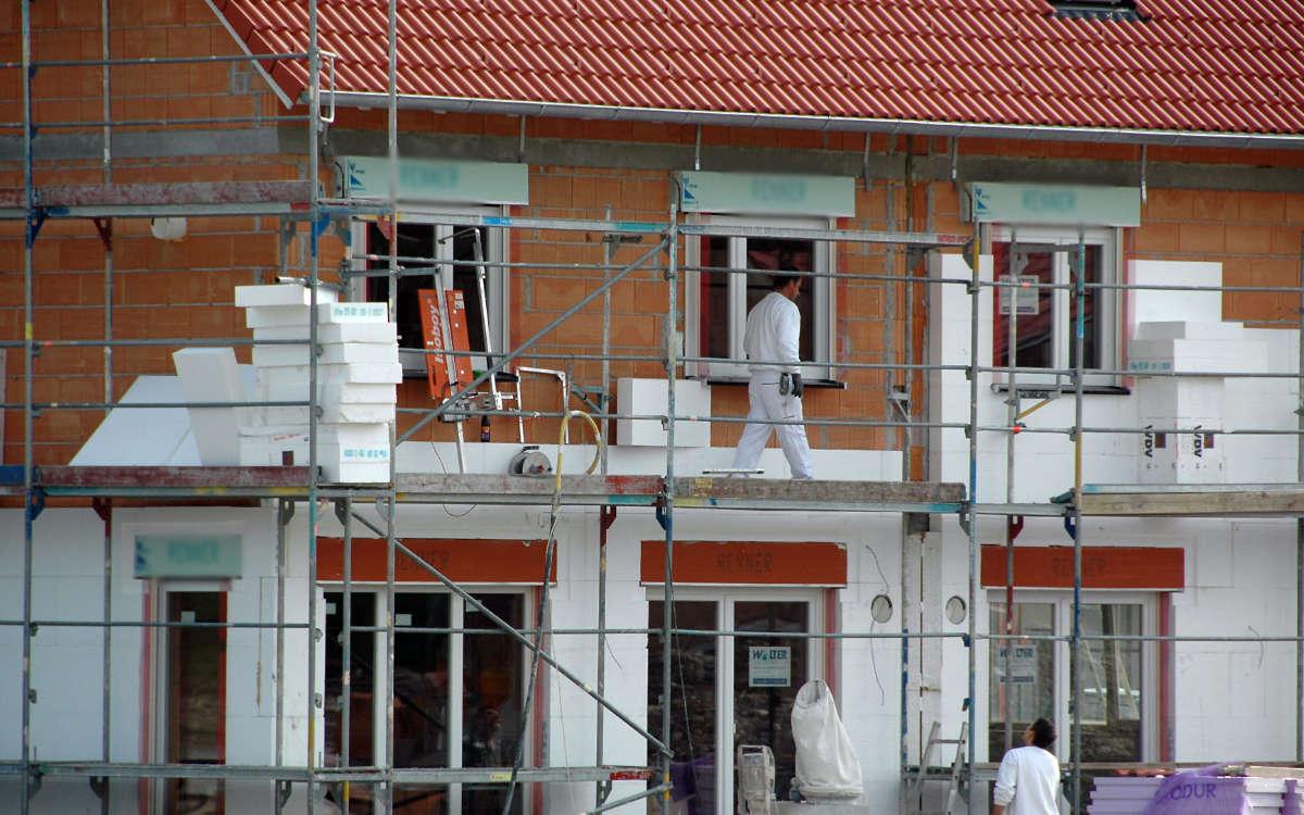 Bauherren und Modernisierern ist das Thema Nachhaltigkeit zunehmend wichtig. Die Fassadendämmung leistet einen wesentlichen Beitrag. Foto: djd/IVH Industrieverband Hartschaum e. V.