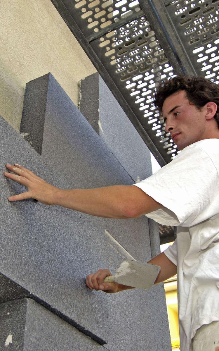 Die Planung und Ausführung einer Fassadendämmung sollten stets durch erfahrene Profis erfolgen. So hält die Dämmung ein Hausleben lang. Foto: djd/IVH Industrieverband Hartschaum e.V.