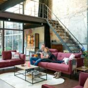 Moderne Polstermöbel dürfen auch eine auffällige Farbe haben. Foto: djd/Henders & Hazel