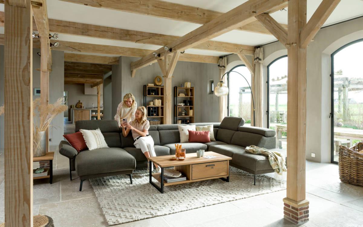 Zu einer familienfreundlichen Einrichtung gehört auch ein großes Sofa. Foto: djd/Henders & Hazel