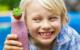Einem cremigen Beerenshake kann kaum ein Kind widerstehen. Foto: djd/snack-5.eu/Shutterstock/Melle V