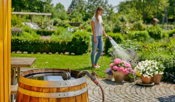 Regenfasspumpen zum Bewässern des eigenen Gartens gibt es bei Gardena. Foto: Gardena GmbH