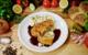 Nur 20 Minuten dauert die Zubereitung der Schnitzelroulade, dazu passen Bratensauce und Kartoffelsalat. Foto: djd/www.schweinske.de