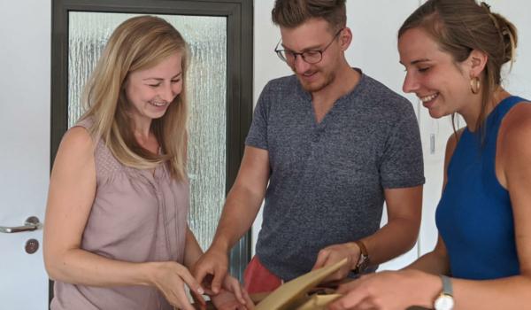 Olivia Hofmann, Alexander Hubov und Patricia Knoll, Dozenten der Lehrveranstaltung Entrepreneurial Thinking & Business Design bei den Vorbereitungen. Foto: Universität Bayreuth