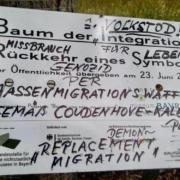 """Der Baum der Integration wurde beschmutzt. In der Inschrift ist von """"Genozid durch Massenmigrationswaffe"""" die Rede. Foto: privat"""