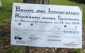 Das Schild am Baum der Integration in Bayreuth. Es sind noch leichte Spuren der Schmiererei zu erkennen. Foto: Frederik Eichstädt