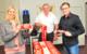 Masken für den FC Bayern: Die Bundestagsabgeordnete Dr. Silke Launert mit Dietmar Hemm und Timo Hemm von BaKon Bayreuther Berufsmoden. Das Familienunternehmen hat 170.000 Masken für den FC Bayern München angefertigt. Foto: Tobias Koch