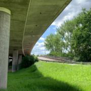 Die Hochbrücke in Bayreuth muss abgerissen und neu gebaut werden. Die Wirtschaft fordert eine Halbierung der Bauzeit. Foto: Katharina Adler