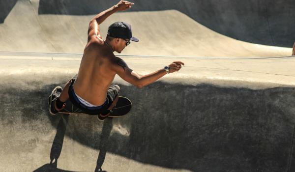 Ein Mann fährt in einem Skatepark Skateboard. Foto: pixabay