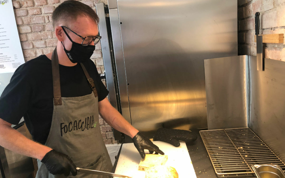 Focacciala-Chef Hannes Frach packt mit an. Foto: Christoph Wiedemann
