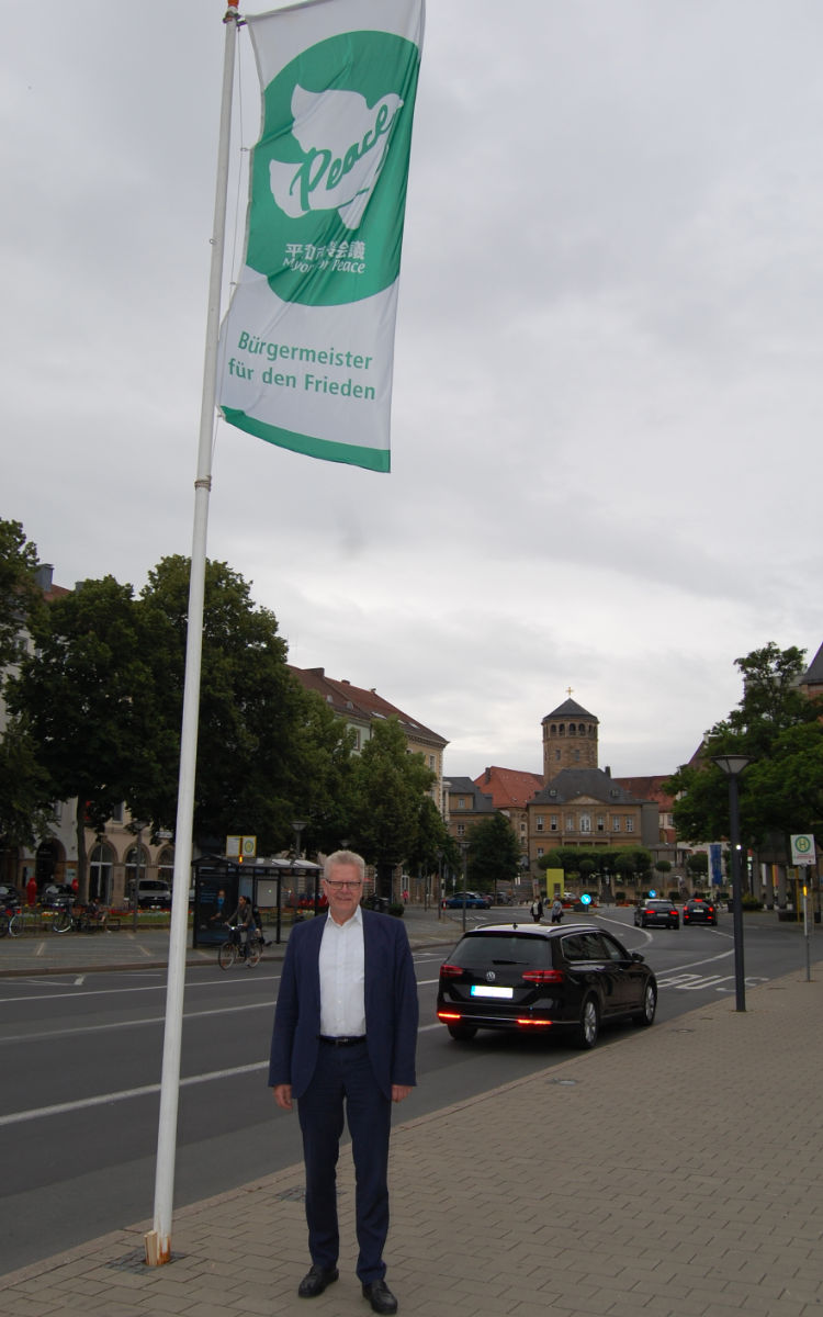 "Oberbürgermeister Thomas Ebersberger hat die Flagge der Initiative ""Mayors for Peace"" gehisst. Foto: Stadt Bayreuth"