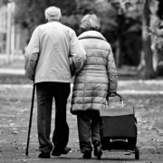 Senioren gehen spazieren. Foto: pixabay