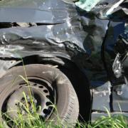 Ein Auto liegt nach einem Unfall im Straßengraben. Foto: pixabay