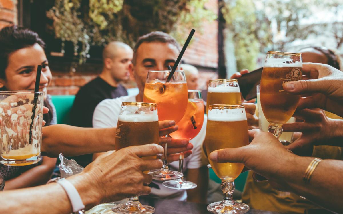 Kommt in Bayern bald ein Alkoholverbot in der Öffentlichkeit? Symbolbild: Fred Moon/unsplash