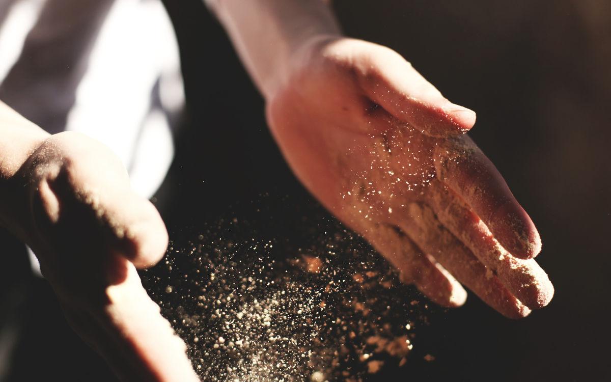 Ein Handwerker befreit seine Hände vom Staub. Foto: pixabay