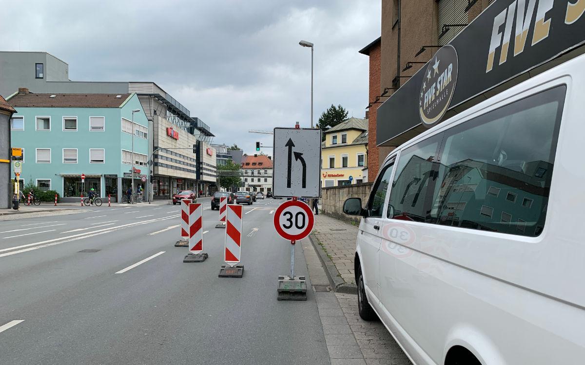 Der Radentscheid Bayreuth baut den Pop-up-Radweg auf. Foto: Katharina Adler