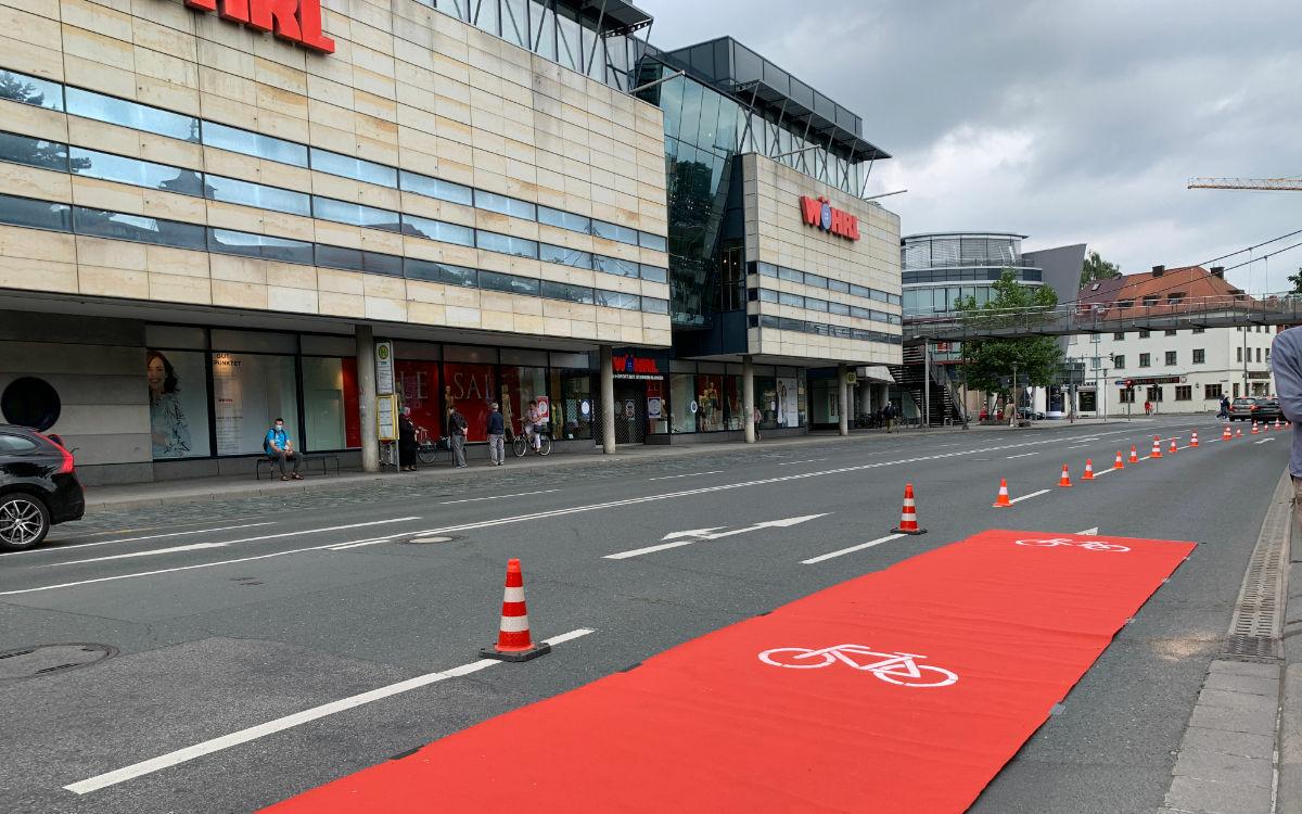 Der Radentscheid Bayreuth hat einen Pop-up-Radweg auf dem Hohenzollernring errichtet. Foto: Katharina Adler