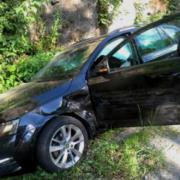 Unfall im Landkreis Hof. Ein Skoda wurde gegen eine Felswand geschleudert. Foto: Polizei
