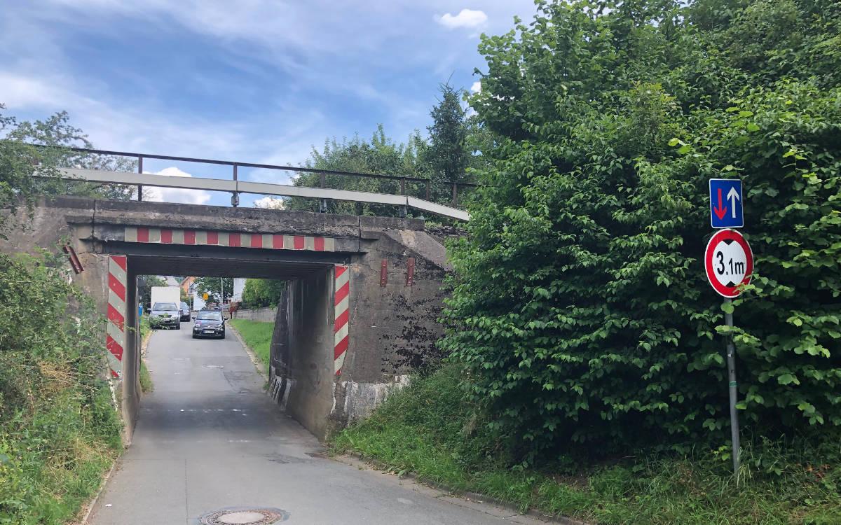 Die Eisenbahnbrücke in Oberkonnersreuth soll erneuert werden. Foto: Ricarda Schoop