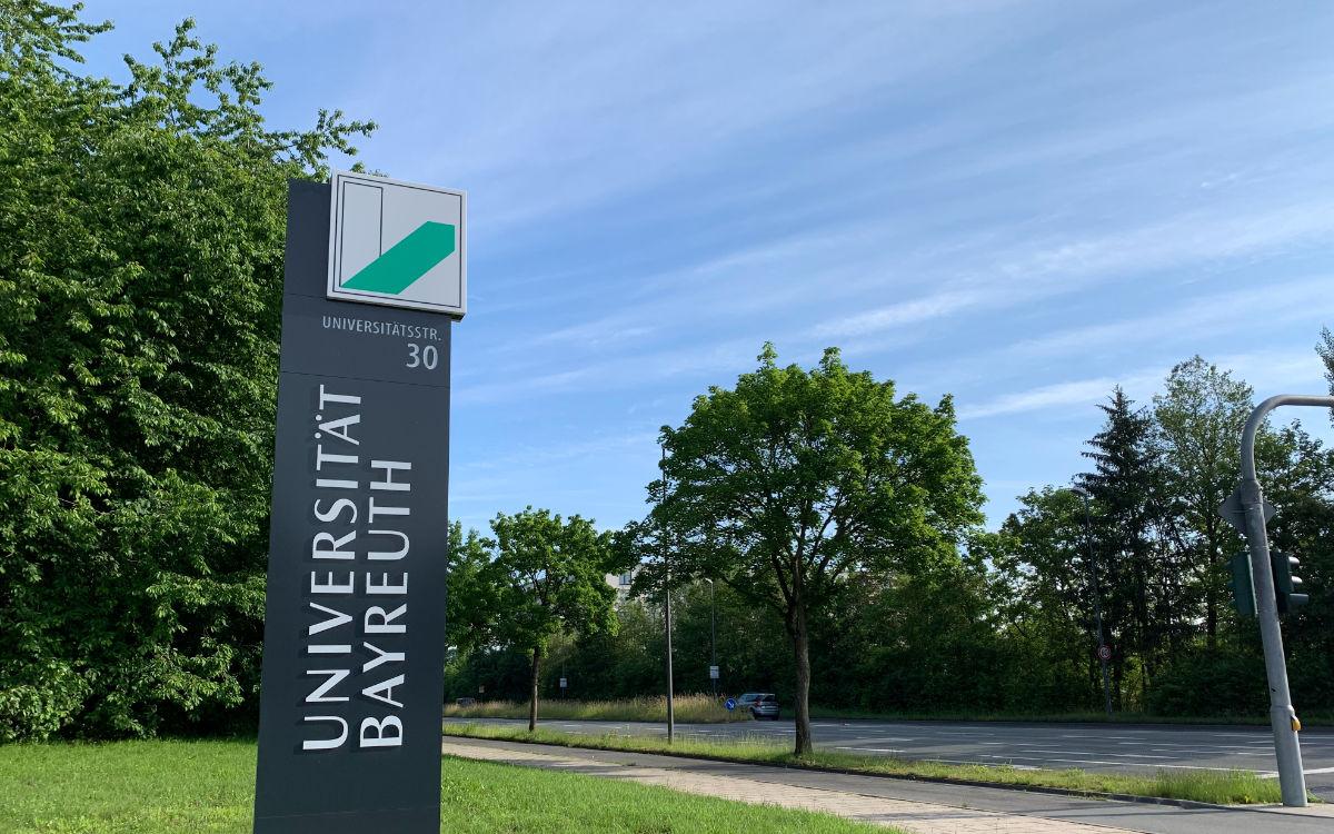 Das Schild steht an der Zufahrt zur Uni Bayreuth. Foto: Katharina Adler