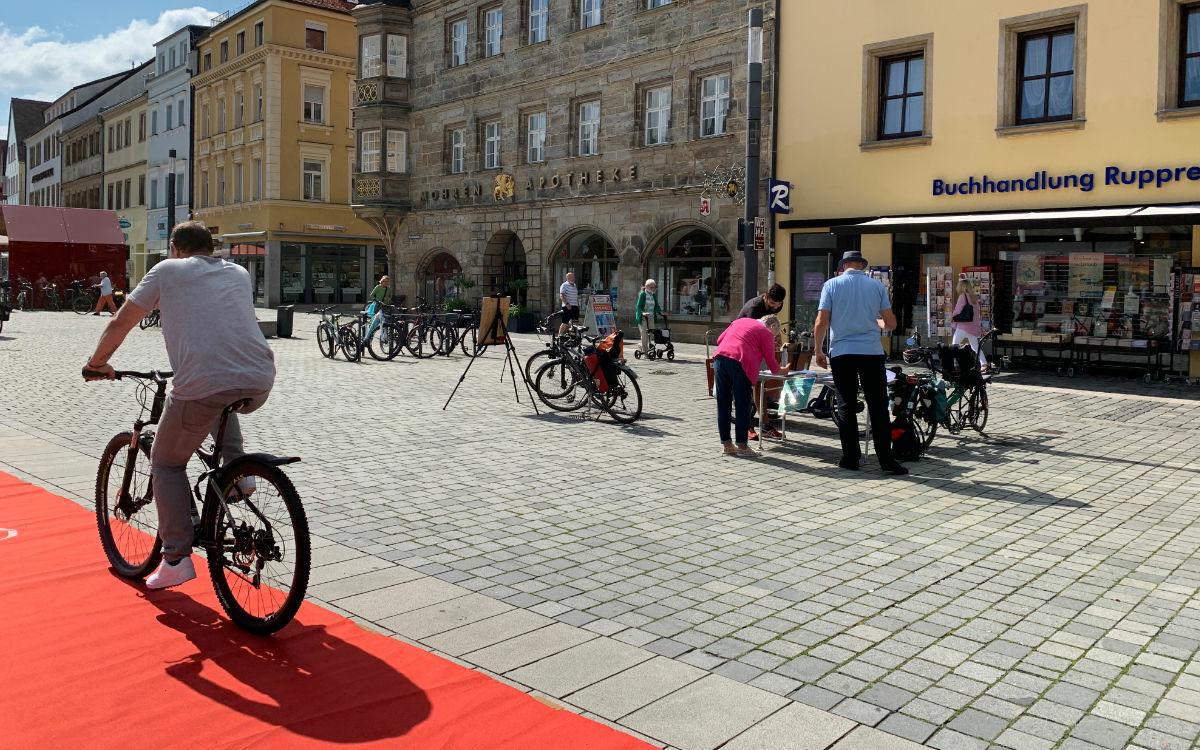 Der Radentscheid Bayreuth sammelt Unterschriften für ein Bürgerbegehren auf dem Stadtparkett. Foto: Katharina Adler