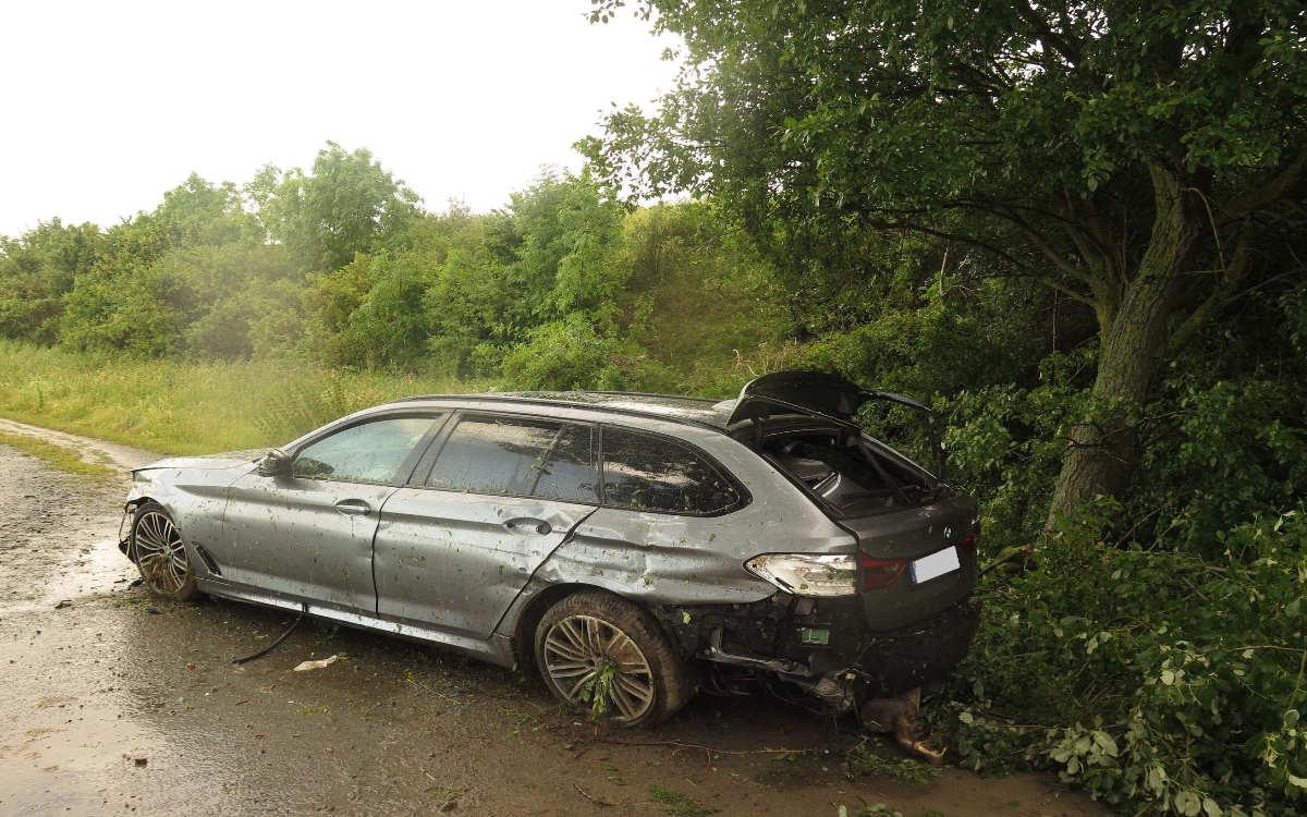 Bei einem Unfall im Kreis Hof ist ein BMW über den Lärmschutzwall geflogen. Foto: Verkehrspolizei Hof