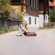 Eine Grundschülerin hat in Selbitz geschwänzt. Ihre Mutter unterstützt sie dabei. Symbolbild: pixabay