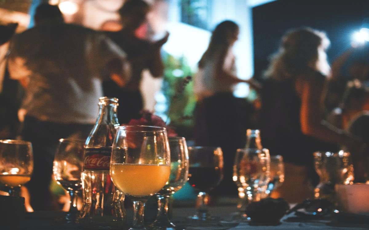 Ein Partygast ging trotz Quarantäne auf eine Feier in Nürnberg. Danach erhielt er einen positiven Corona-Test. Symbolbild: Marvin Meyer/unsplash