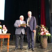 Ernst-Rüdiger Kettel bekommt von Oberbürgermeister Thomas Ebersberger seine Auszeichnung. Foto: Ricarda Schoop