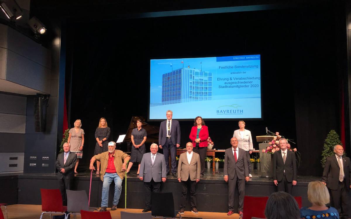 Die langjährigen Mitglieder des Stadtrates werden für ihre Arbeit geehrt. Foto: Ricarda Schoop