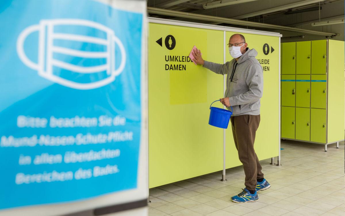 Nach Badeschluss desinfizieren Uwe Kasel und das Kreuzer-Team die Oberflächen der Umkleiden, sämtliche Handläufe und vieles mehr. Foto: Stadtwerke Bayreuth