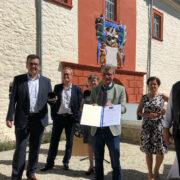 Staatsminister Bernd Silber hat das Schloss Emtmannsberg die Denkmalschutzmedaille 2020 verliehen. Foto: Ricarda Schoop