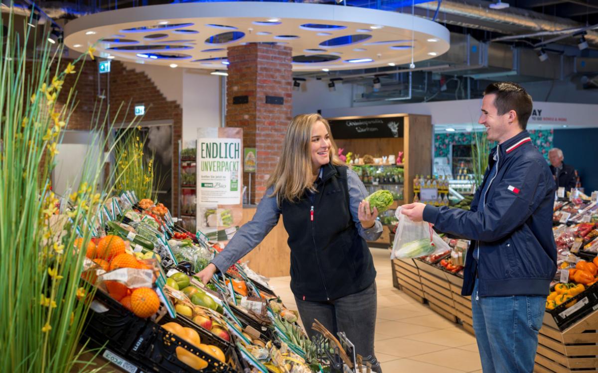 Statt zu einer Plastiktüte sollte man in der Gemüseabteilung besser zu einem wiederverwertbaren Netz greifen. Foto: djd/REWE
