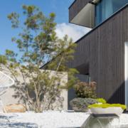 Vergrauungslasuren schenken modernen Holzfassaden einen edlen Silberlook. Foto: djd/www.adler-farbenmeister.com/Architekt Harald Kröpfl/Dekamo