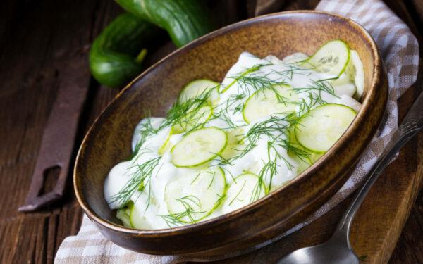 Genau das Richtige an heißen Tagen: Gurkensalat mit Dill liefert auf bekömmliche Weise wertvolle Mineralstoffe und Vitamine. Foto: PantherMedia / Dzinnik Darius