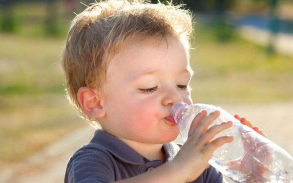 Besonders die Kleinsten und die Älteren sollten bei Hitze das Trinken nicht vergessen. Foto: PantherMedia / info.zonecreative.it