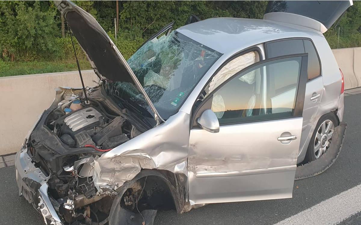Auto schleudert auf der A9 am Bildlacher Berg über die Fahrbahn. Schwerer Unfall mit Lkw. Foto: Feuerwehr Bindlach