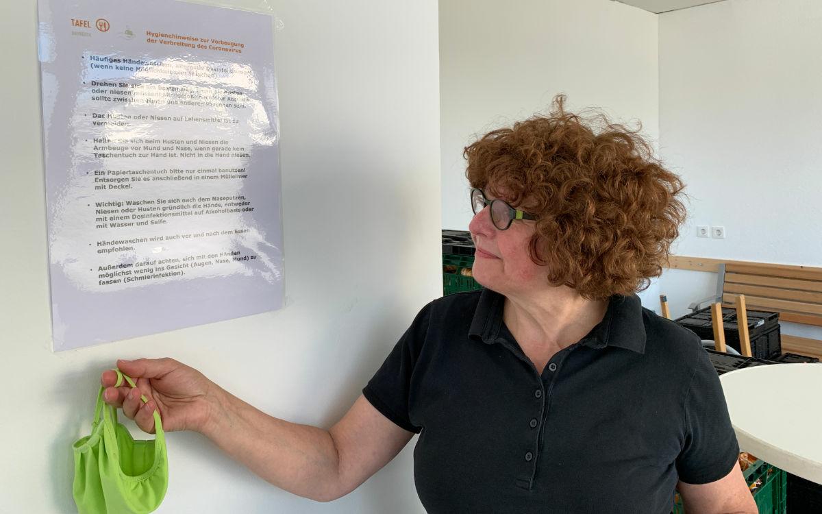 Ingrid Heinritzi-Martin macht deutlich, dass Tafelkunden sich an das Hygienekonzept halten müssen. Foto: Katharina Adler