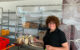 Ingrid Heinritzi-Martin zeigt den Spuckschutz im Tafelladen. Foto: Katharina Adler