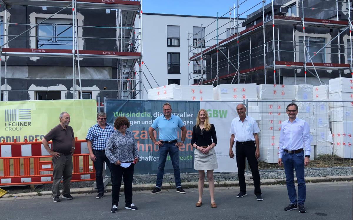 Die Verantwortlichen des Wohnquartiers im Stadtteil Kreuz vor den Modulhäusern Foto: Markus Krebs