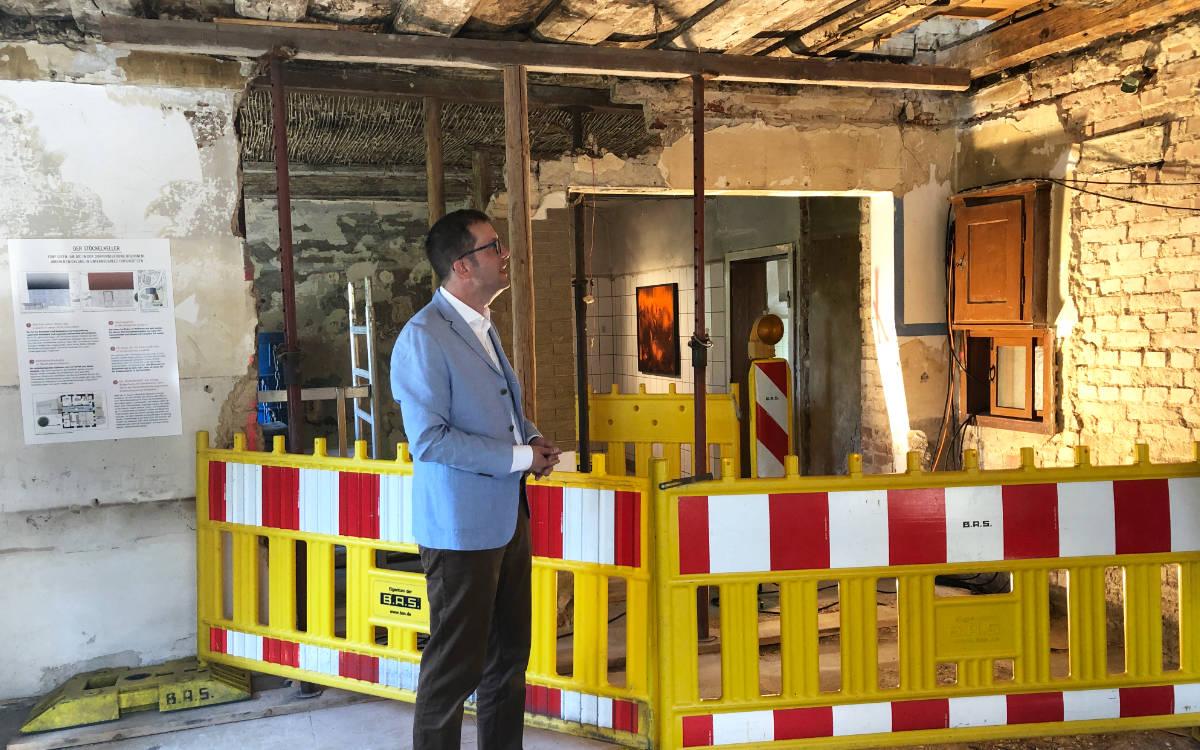 Christoph Scholz, Besitzer des Stöckelkellers in Unternschreez, zeigt die Räume. Foto: Susanne Monz