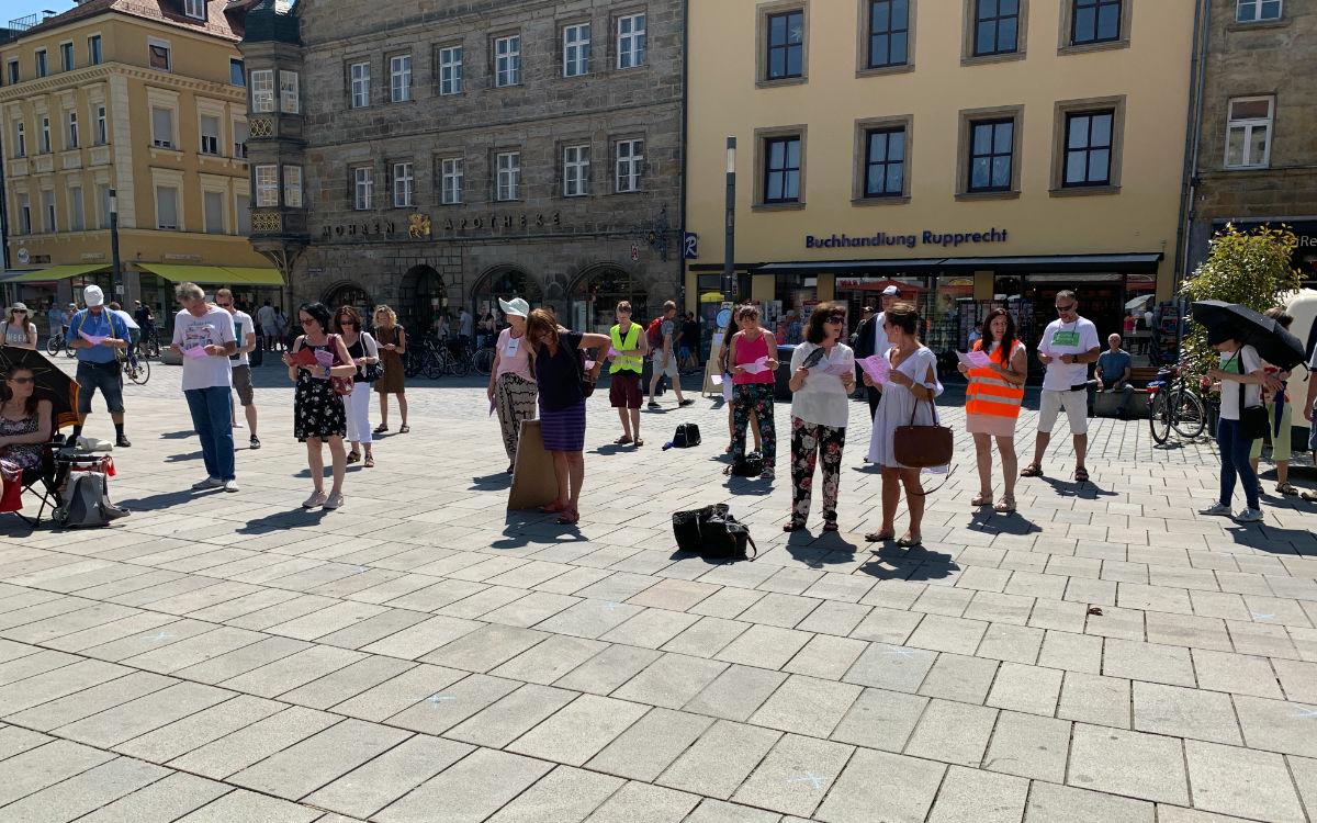Auf dem Bayreuther Marktplatz demonstrierten am Samstag (8.8.2020) Menschen gegen die Corona-Maßnahmen. Foto: Katharina Adler