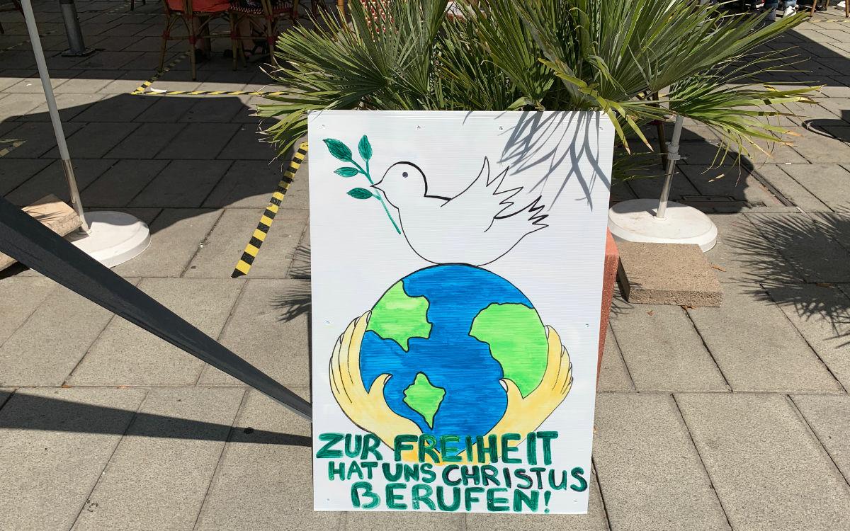 Die Demonstranten haben auch Plakate in Bayreuth aufgestellt. Foto: Katharina Adler